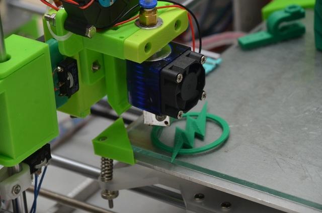 Nghiên cứu thiết kế chế tạo máy in chi tiết nhựa 3D với không gian làm việc 200x240x200 mm. Kết cấu máy gồm 5 trục chuyển động X, Y, Z, 1 trục con lăn và trục cấp bột, được dẫn động bằng động cơ bước thông qua bộ truyền đai pully trục X mang lazer để đốt cháy bột, trục Z dùng vítme đỡ bột và trục con lăn gạt bột sử dụng bộ chuyển động đai gạt bột. Hệ thống điều khiển máy dùng vi điều khiển Arduino điều khiển động cơ bước thông qua Driver. Chương trình điều khiển máy được viết bằng phần mềm matlab. Ngoài ra trong đề tài có sử dụng chương trình CAM để tạo ra tập lệnh G-code phục vụ trong quá trình gia công chi tiết. Kết quả thực nghiệm ban đầu thiết bị đã in ra chi tiết có hình dạng đơn giản.