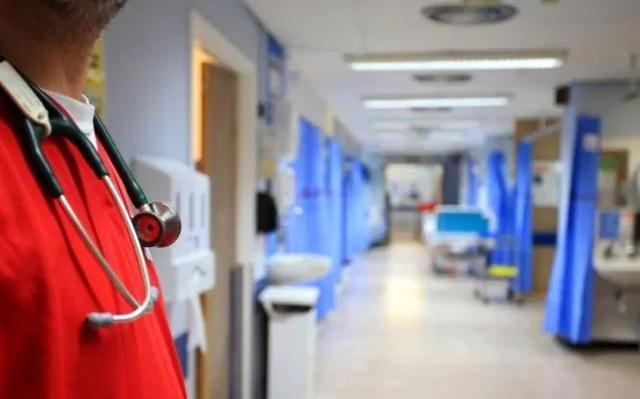 Trang bị máy quay để ghi lại những bệnh nhân dùng bạo lực với bác sĩ - 2