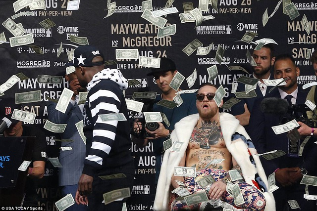 Mayweather ném tiền vào người McGregor