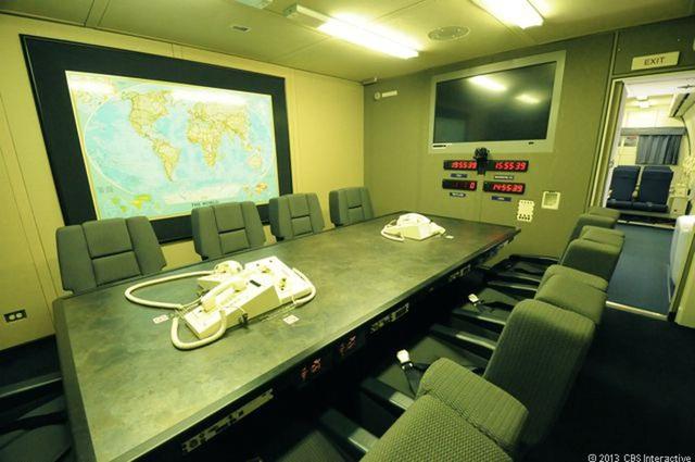 Từ trên máy bay, quan chức Mỹ có thể liên lạc với ai, ở bất cứ đâu trên thế giới. (Ảnh: CBS)
