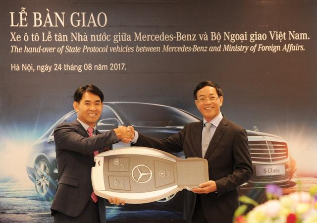 Đại diện Mercedes-Benz - ông Choi Duk Jun - Giám đốc điều hành khối xe du lịch Mercedes-Benz tại Việt Nam (trái) tại buổi lễ bàn giao