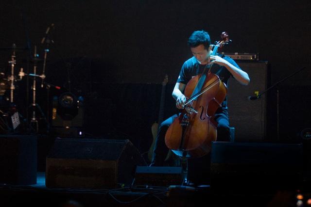 MC Anh Tuấn kéo cello