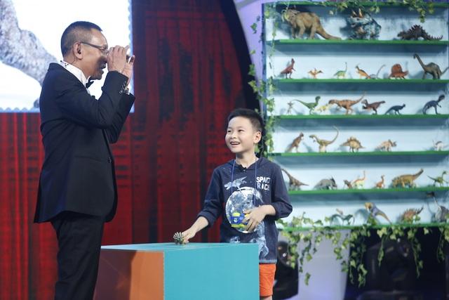 Minh Khang đã làm cho khán giả phải trầm trồ thán phục vì khả năng nhớ hết tên của tất cả các loài khủng long và thuyết trình rành mạch rõ ràng từng loài.
