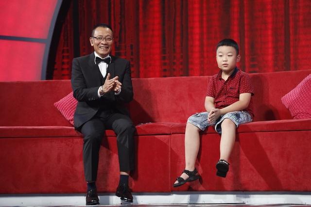 Tuấn Minh khiến MC Lại Văn Sâm và khán giả phải vỗ tay liên tục vì đáp rất nhanh đổi rất chính xác những câu hỏi về năm dương lịch sang hệ can chi.