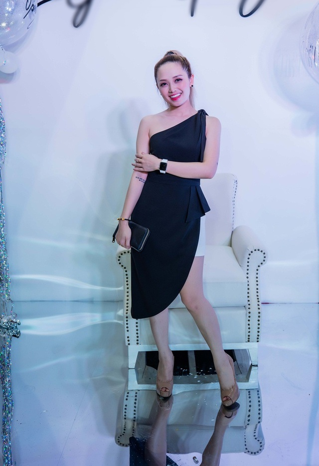 Nữ MC Ngọc Trang năng động với đầm hở vai được thiết kế riêng. Cô dự tiệc với tone màu đen - trắng thanh lịch.