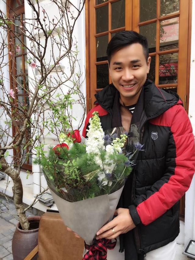 MC Nguyên Khang ra tận Hà Nội mua hoa chuộc lỗi với người yêu