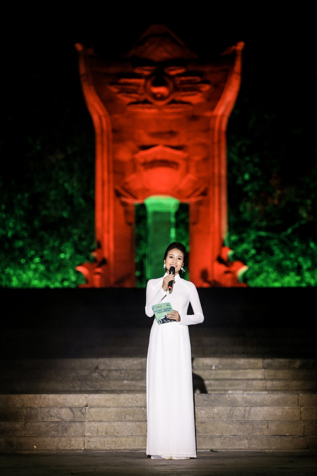 MC Phí Linh dẫn dắt Câu chuyện Hòa Bình kỉ niệm 70 năm ngày thương binh, liệt sĩ tại Nghĩa trang Trường Sơn.