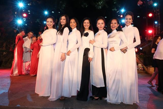 Phí Linh (ngoài cùng bên phải) và hàng loạt nghệ sĩ nổi tiếng tham gia chương trình như: ca sĩ Hồng Nhung, Đoan Trang, Đông Nhi, Hoàng Yến,...