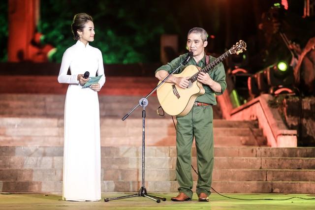 Phí Linh xúc động trước màn trình diễn của nhạc sĩ Trương Quý Hải.