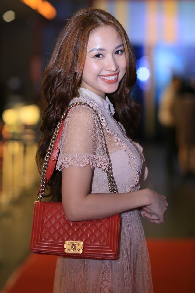 Vân Hugo giản dị đến dự buổi ra mắt phim. Cô đi cùng bạn thân là MC Thái Dũng.