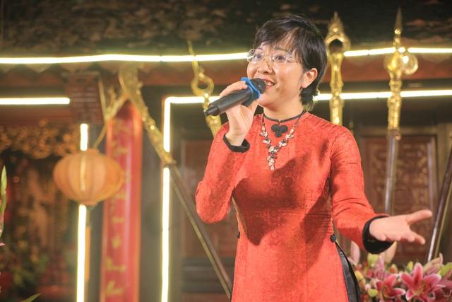 Chị còn hát solo một bài nhạc trữ tình.