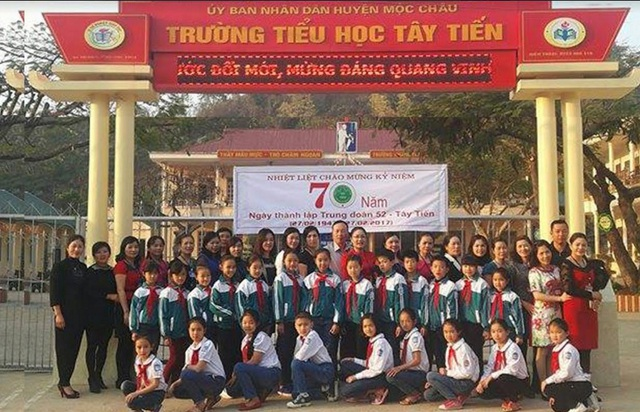 Thầy trò trường Tiểu học Mộc Câu (Sơn La) trong dịp kỷ niệm 70 năm thành lập trung đoàn 52-Tây Tiến 27/2/1947 - 27/2/2017. (Ảnh: Trần Kim Oanh)