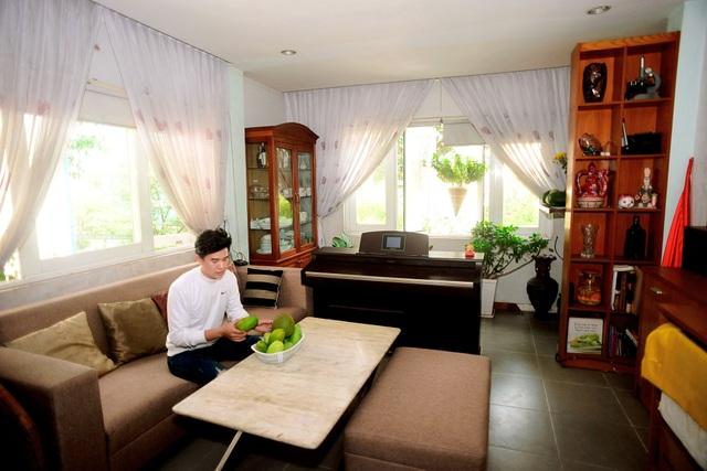 Phòng khách được bày trí và thiết kế khá đơn giản