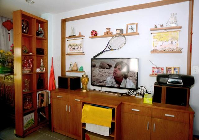 Những vật dụng trang trí đơn giản và quen thuộc, tivi để giải trí và những vật dụng khác rất quen thuộc với bất kỳ gia đình nào.