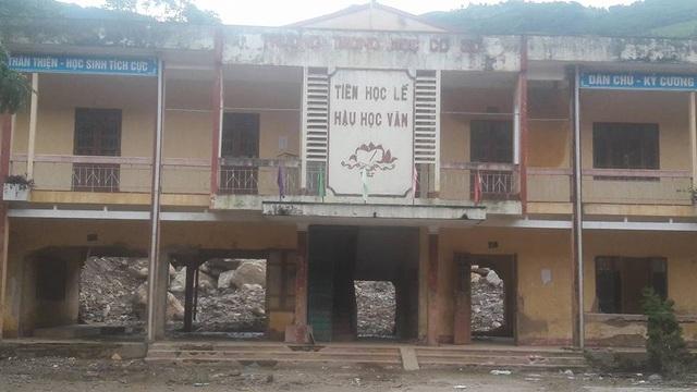 Trường THCS thị trấn Mù Cang Chải sau hơn 1 tháng bị lũ quét đã phải đóng cửa toàn bộ vì những thiệt hại nơi đây là quá khủng khiếp