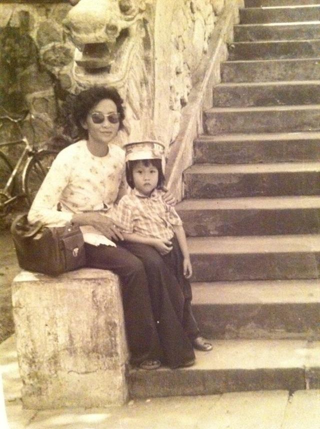 """Ca sĩ Dương Triệu Vũ dành lời chúc cho mẹ """"Happy Mothers Day... Mẹ: người đã truyền cảm hứng sống thật tốt cho các đứa con của mình. và cũng là niềm tự hào của tụi con. Dù có như thế nào thì cũng hát mà sống, mỉm cười mà sống""""."""