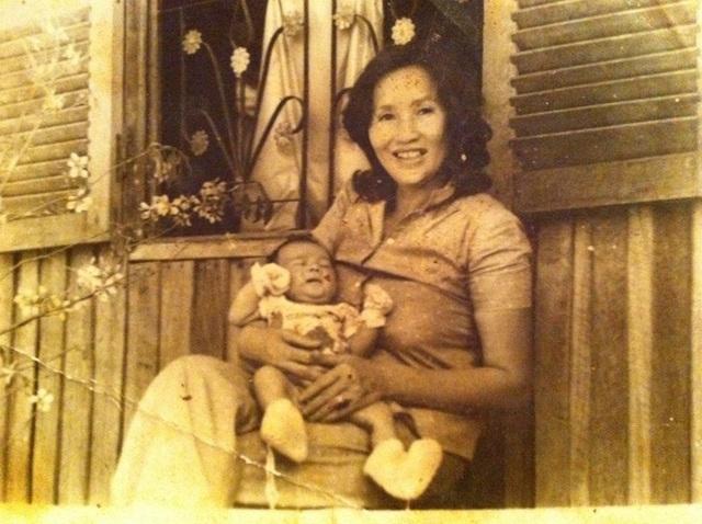 """Dương Triệu Vũ còn chia sẻ ảnh thời bé của Hoài Linh và mẹ. Anh ghi chú sợ mọi người hiểu nhầm: """"Đây không phải là Vũ mà là Anh Hoài Linh nhé cả nhà""""."""