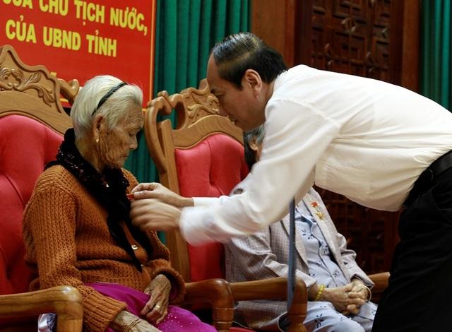 Chủ tịch tỉnh Đắk Lắk Phạm Ngọc Nghị trao huy chương cho Mẹ Việt Nam Anh hùng