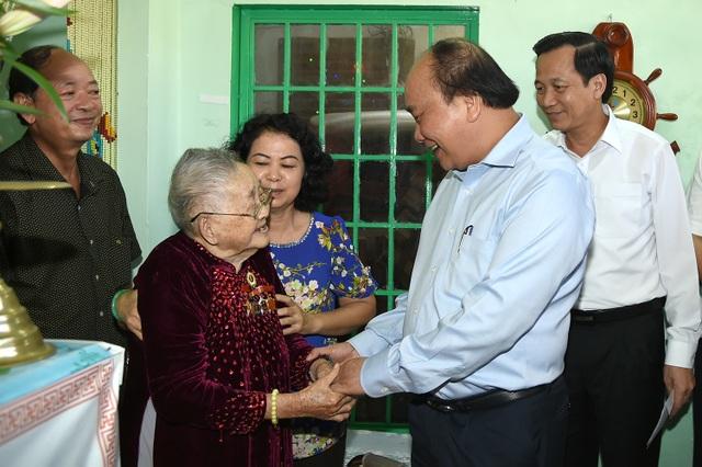 Thủ tướng thăm và tặng quà Mẹ Việt Nam Anh hùng Võ Thị Ngọ, 95 tuổi, trú tại Phường Phước Hiệp, thành phố Bà Rịa.