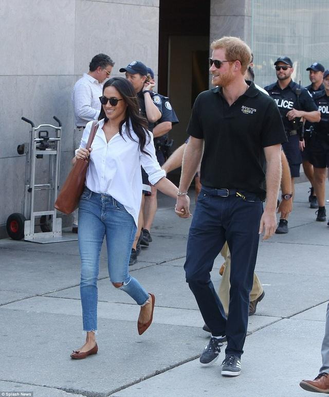Meghan ăn mặc giản dị khi được nhìn thấy tay trong tay cùng Hoàng tử Harry tại sự kiện ở Toronto. (Ảnh: Dailymail)
