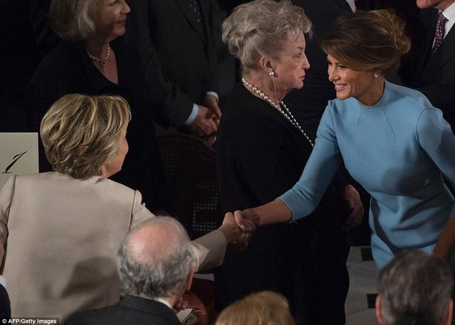 Bộ váy màu xanh da trời thanh lịch của bà Melania được giới thời trang đánh giá cao. (Ảnh: AFP)