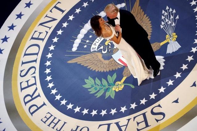 Tân Tổng thống Donald Trump và phu nhân Melania tình tứ khiêu vũ. (Ảnh: Reuters)