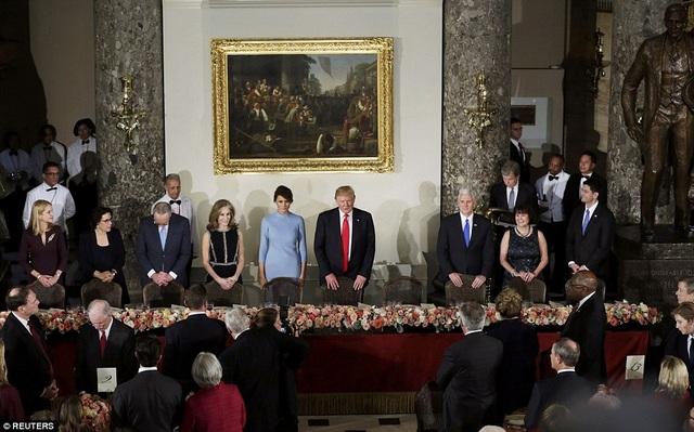 Tổng thống Trump và phu nhân tại tiệc trưa ở tòa quốc hội Mỹ sau lễ nhậm chức trưa ngày 20/1. (Ảnh: Reuters)