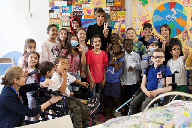 Đệ nhất phu nhân Mỹ đã tham gia vào một buổi giao lưu với 15 bệnh nhi đến từ 9 nước. Bà Melania đã cùng các em nhỏ vẽ tranh, đọc sách và chụp ảnh vui vẻ. (Ảnh: Reuters)