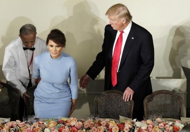Trước đó, trong lễ nhậm chức và tiệc trưa, bà Melania mặc váy của hãng thời trang cao cấp Ralph Lauren.