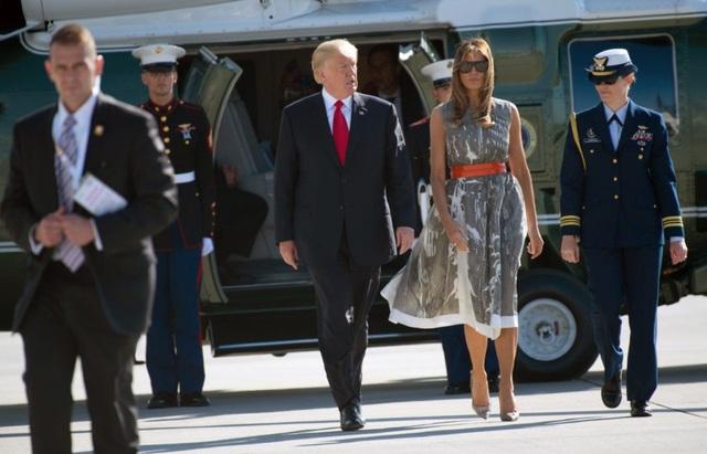 Khi bước lên chuyên cơ Không Lực Một tại sân bay Hamburg, Đức để trở về Mỹ, Đệ nhất phu nhân Mỹ vẫn giữ nguyên bộ trang phục mà bà dự sự kiện trước đó và chỉ thay phần áo khoác ngoài. Bà Trump cũng chọn một đôi giày cùng màu với chiếc váy này. (Ảnh: AFP)