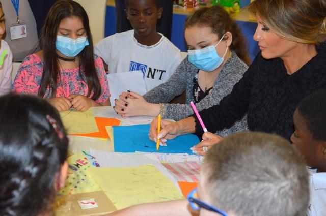 Bà Melania Trump, cựu sinh viên ngành thiết kế, đã vẽ tranh cùng các bệnh nhi. (Ảnh: Getty)