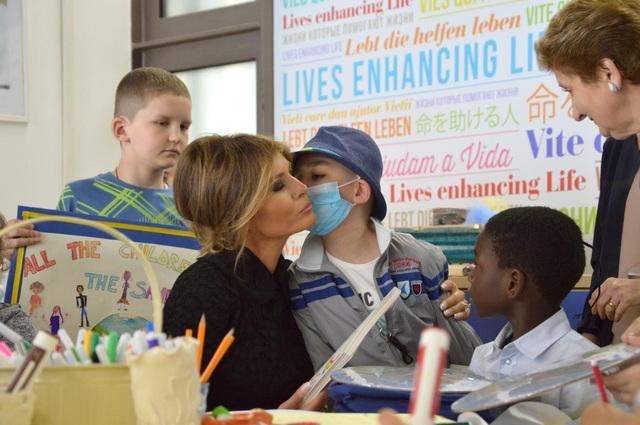 Cử chỉ âu yếm của một em nhỏ dành cho Đệ nhất phu nhân Mỹ (Ảnh: AFP)