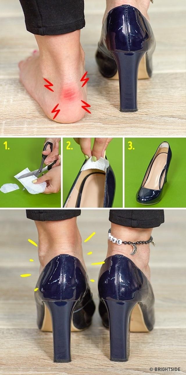 Với những đôi giày cao gót vừa mua, phần da cứng phía sau có thể khiến bạn đau chân khi cọ sát nhiều lần. Cắt nhỏ miếng băng vệ sinh và dán phía sau, nỗi lo về giày cao gót không còn nữa.
