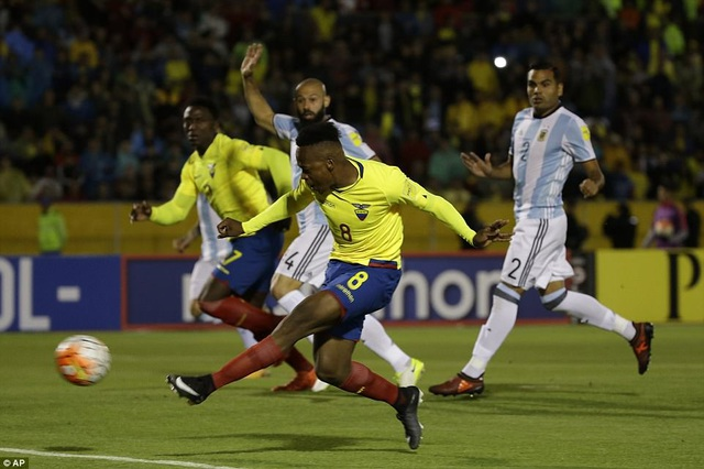 ... khi Ibarra Mina mở tỷ số 1-0 cho Ecuador