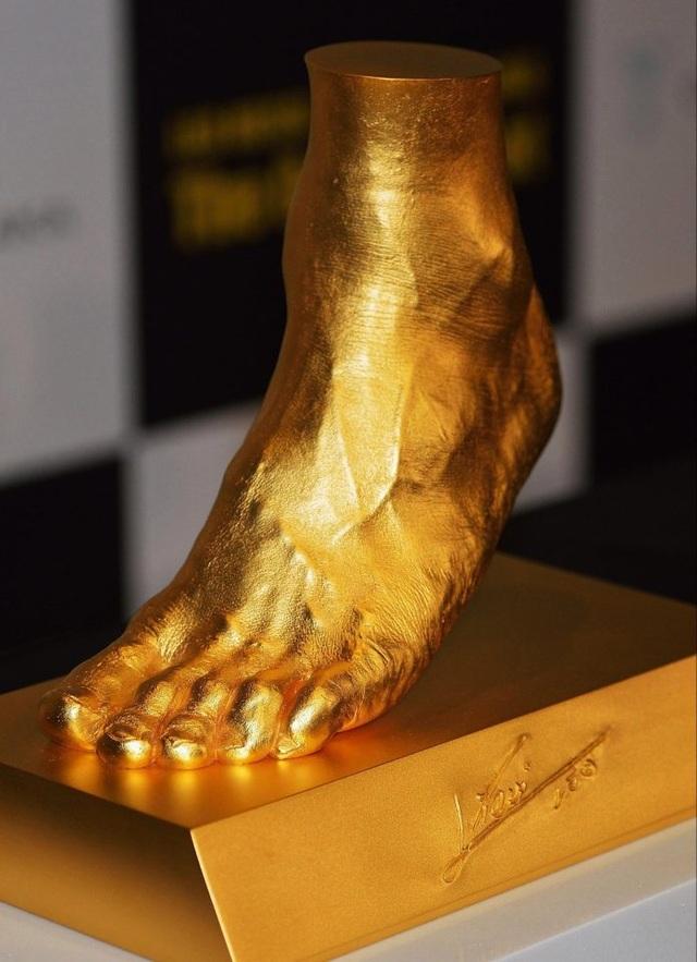 Bức tượng chân trái Messi được đúc bằng vàng