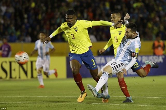 Nhưng Messi ngay lập tức đã gỡ hòa 1-1 ở phút 12