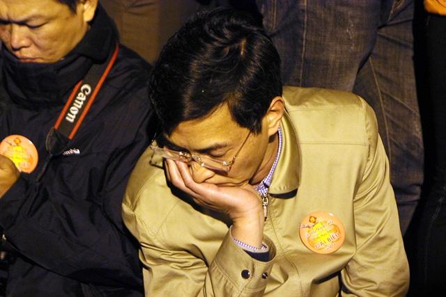 Một đại biểu tranh thủ chợp mắt trong lúc chờ đợi
