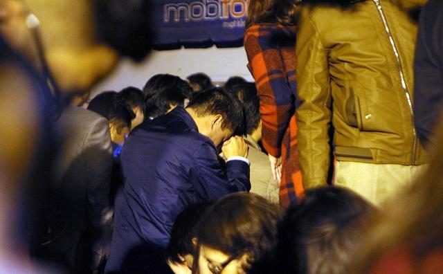 Một đại biểu mệt mỏi chờ đợi trong lúc diễn ra nghi lễ Khai ấn