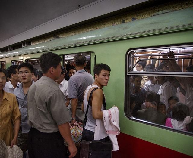 Ngoài vai trò là một đầu mối giao thông công cộng, ga tàu với độ sâu hơn 100m này cũng có thể trở thành một hầm trú ẩn an toàn trong trường hợp căng thẳng hiện nay giữa Mỹ và Triều Tiên leo thang thành một cuộc chiến tranh toàn diện. (Ảnh: AFP)