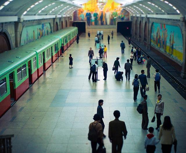 Triều Tiên sở hữu hệ thống ga tàu điện ngầm nằm dưới lòng đất ở độ sâu hơn 100m. Đây cũng là một trong những nhà ga nằm ở độ sâu lớn nhất thế giới hiện nay. (Ảnh: AFP)