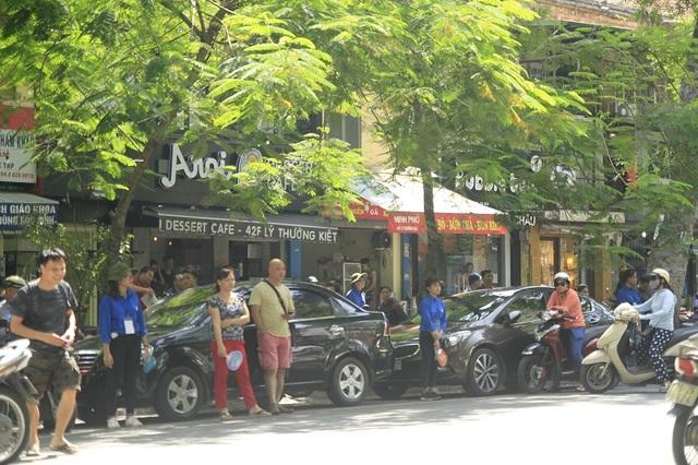 Hàng dài xe ô tô của phụ huynh xếp hàng dưới lòng đường đưa đón con đi thi.