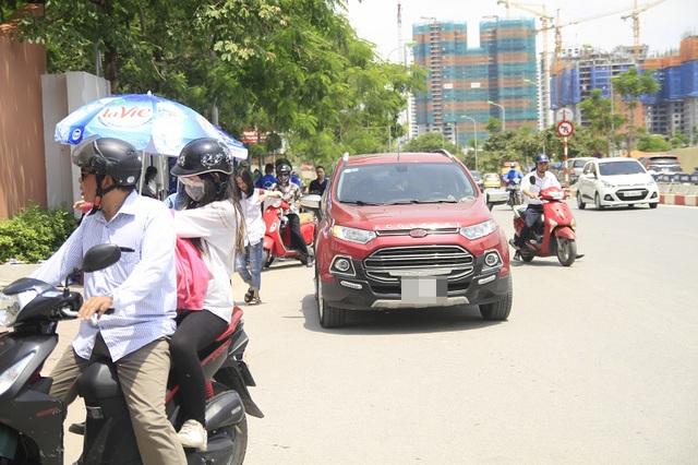 Sự xuất hiện của những chiếc ô tô chở thí sinh đỗ ngay ngoài cổng trường không còn lạ lẫm.