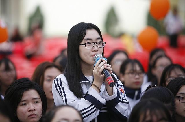 Một học sinh trực tiếp đặt câu hỏi đến Ban tư vấn.