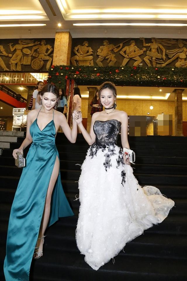 Tại đây, Khánh Ngân có dịp hội ngộ cùng người quen Diệp Linh Châu, từng tham gia chương trình The Face Vietnam mùa đầu tiên. Hai người đẹp thân thiết với nhau bước trên thảm đỏ chương trình.
