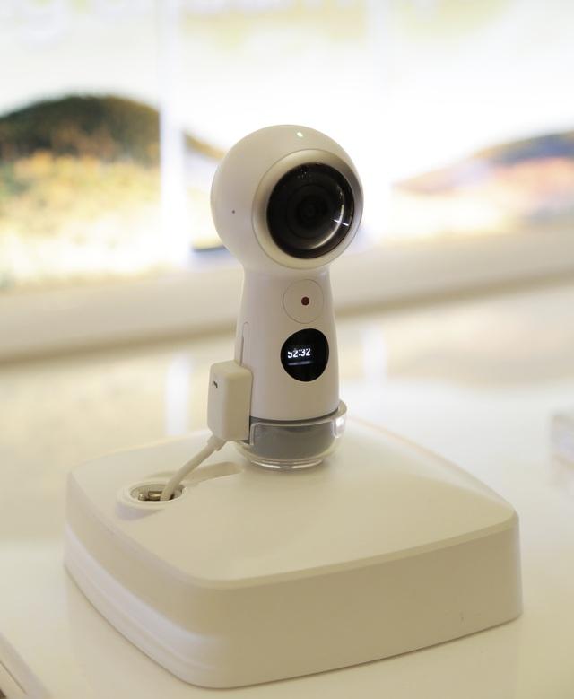 """Samsung luôn mong muốn mang đến những sản phẩm và trải nghiệm mới lạ dành cho người dùng. Và """"đón bão tuyết"""" với Gear 360 tại Galaxy Studio lần này chính là minh chứng điển hình cho cam kết thực hiện mong muốn đó."""