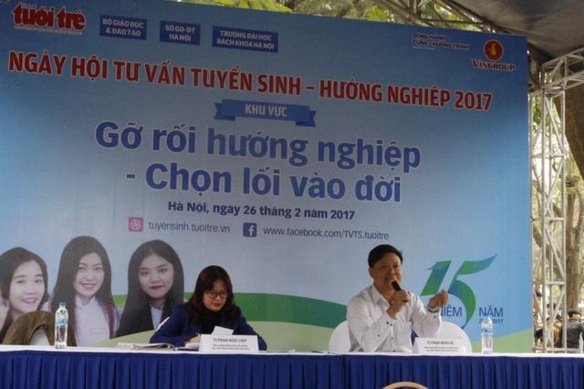 Tiến sĩ Phạm Mạnh Hà, Phó trưởng khoa công tác thanh niên, Học viện thanh thiếu niên đã giải đáp những thắc mắc, tư vấn hướng nghiệp cho thí sinh và phụ huynh.