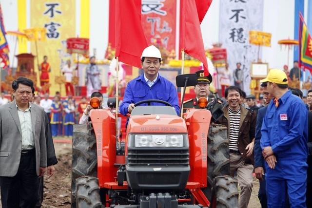 Chủ tịch nước lái máy cày trong lễ hội Tịch điền Đọi Sơn - 15