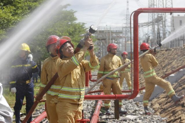 Tập trung đội hình chiến đấu dập tăt đám cháy