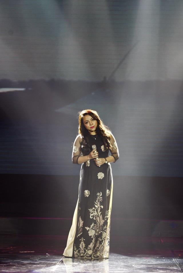 Ca sĩ Tố Nga biểu diễn trong chương trình.