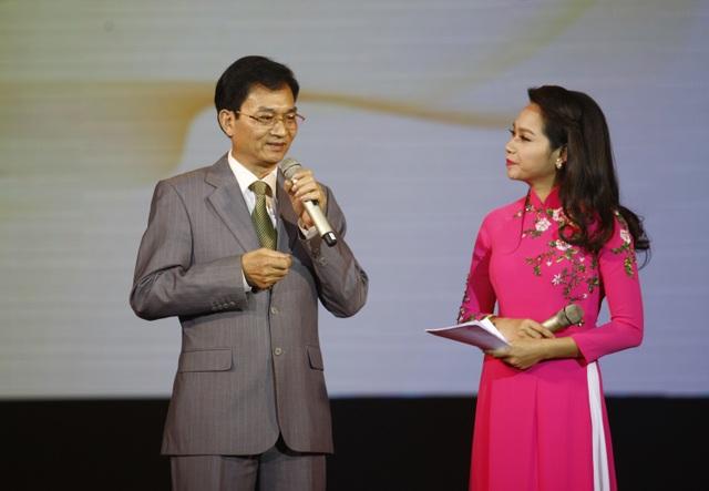 Nhà thơ Lê Cảnh Nhạc giao lưu cùng khán giả trong đêm nhạc.